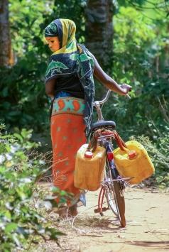 Ung kvinne med vannkanner